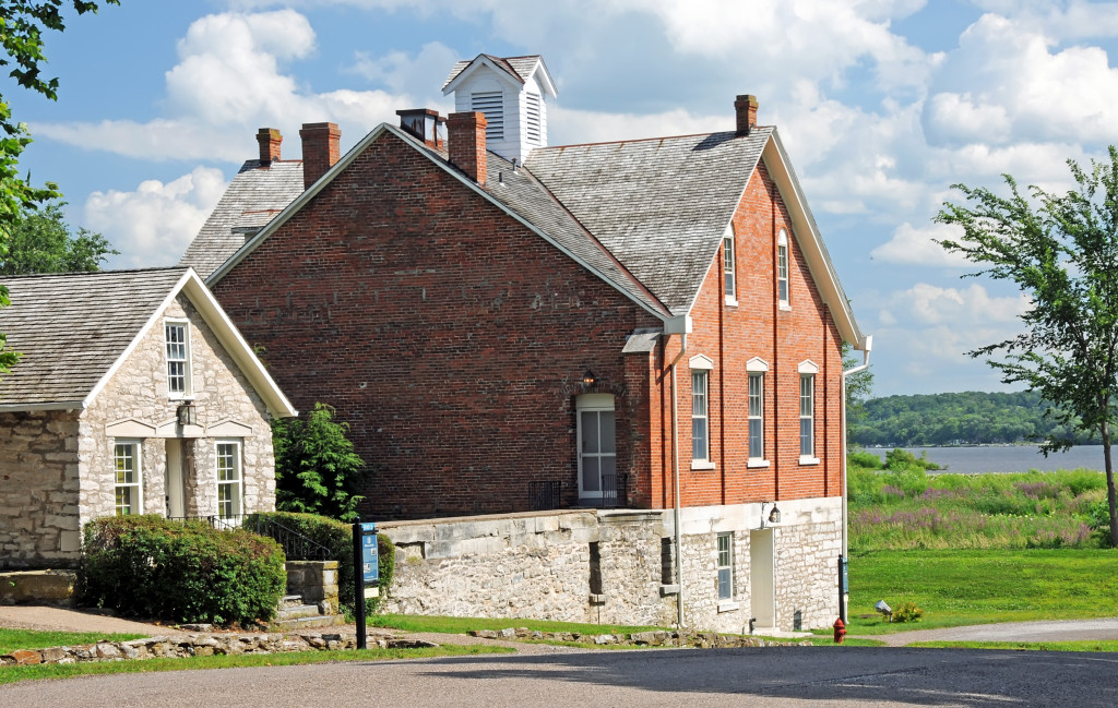 Nauvoo House and Lewis Bidamon's riding stable (left). Photo by Kenneth Mays.