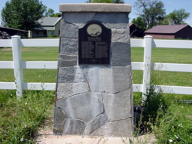 Monument identifying the site of the Thomas Roueche home. Photo by Kenneth Mays.